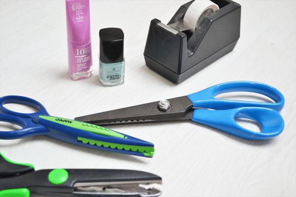 DIY: Nail-art met plakband en een hobbyschaar
