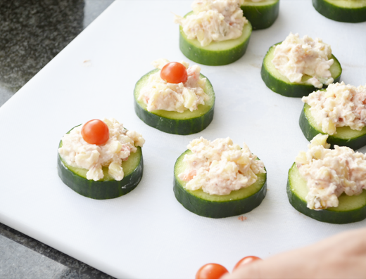Hapjes: Komkommer met salade