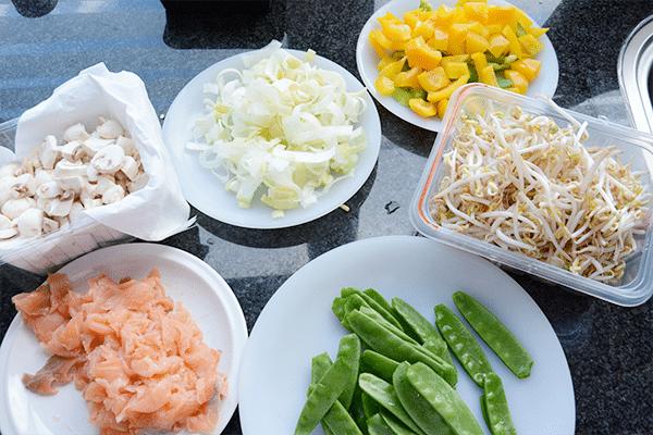 Wokken met zalmfilet en groente
