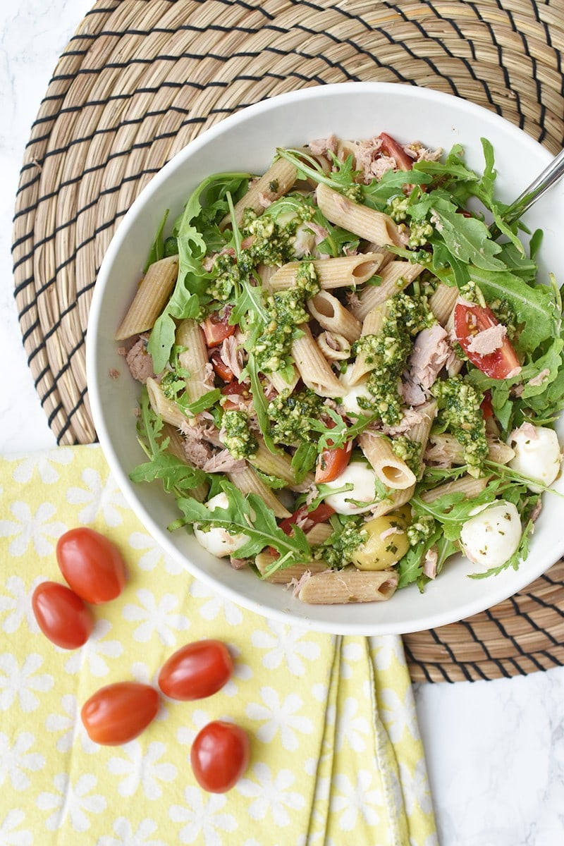 Koude pasta salade met tonijn en pesto