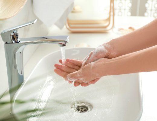 Droge handen door desinfectie gel of wassen – zo kom je er vanaf!