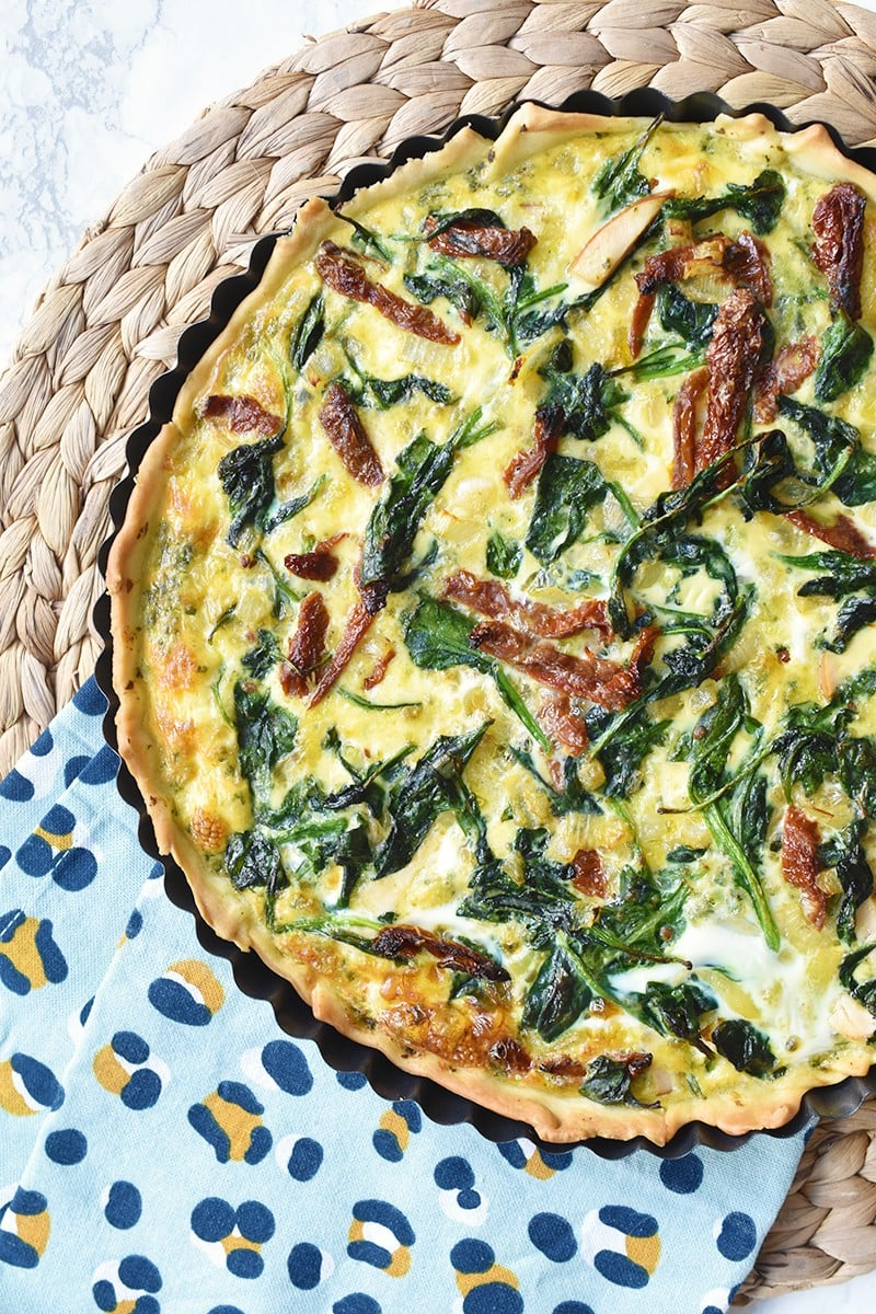 Quiche met spinazie, pesto en kip