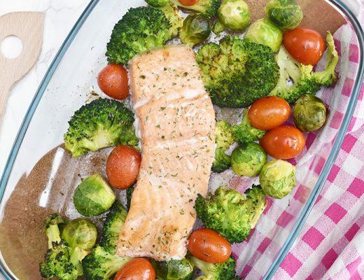 Zalm met broccoli en spruiten uit de oven